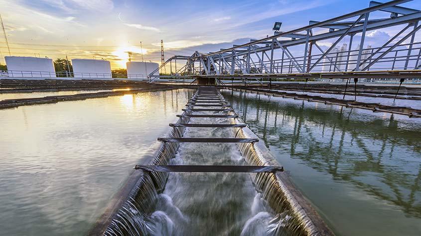 بخشی از پسابهای تصفیه شده برای جبران ذخیره آب رودخانهها و آبهای زیززمینی مجددا به چرخه طبیعت بازگردانده میشوند.